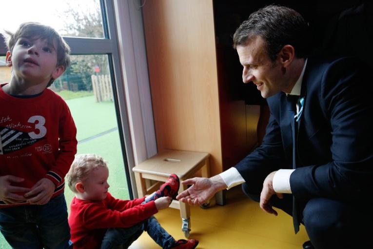 Macron dévoile le plan autisme, sur fond de contestation sociale