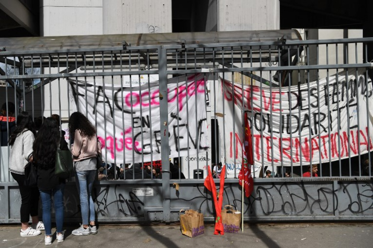 """Universités: Macron dénonce """"une manipulation"""", recours à la force en suspens à Tolbiac"""