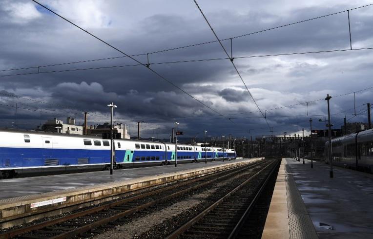 """SNCF: Macron veut """"aller au bout"""" de la réforme, la grève reprend à 20H00"""