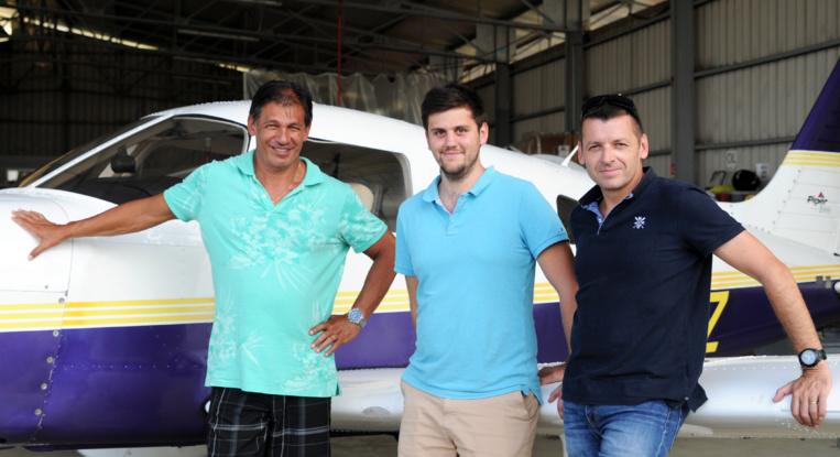 De gauche à droit, Gérard Maurin, instructeur Mermoz et ex-pilote d'Air Tahiti Nui ; Alban Hardy, instructeur Mermoz : Stéphane Chantre, gérant du centre polynésien de formation au pilotage C3P. (© Cécile Flipo)