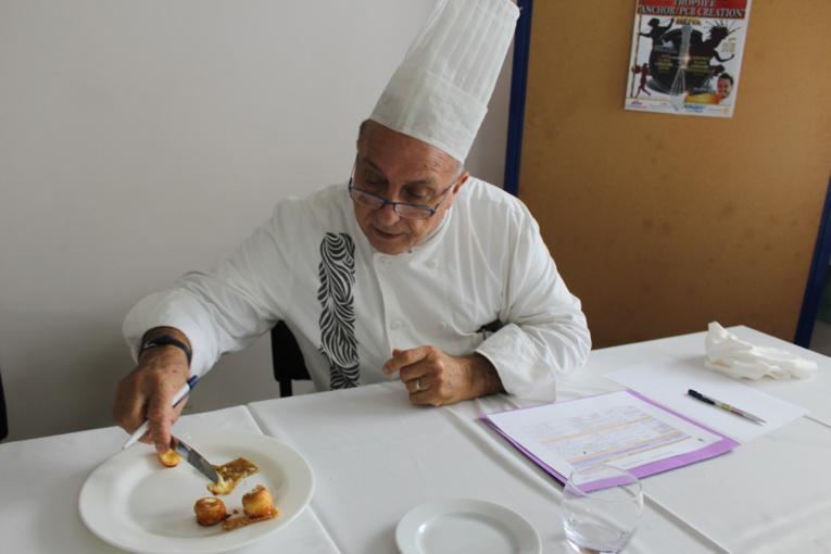 L'un des membres du jury exécutant sa difficile mission de goûter les confections.
