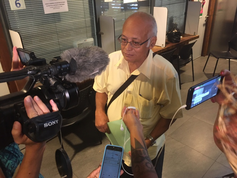 Etienne Chimin, , Secrétaire général du Tavini a déposé la liste du parti bleu à 15:30