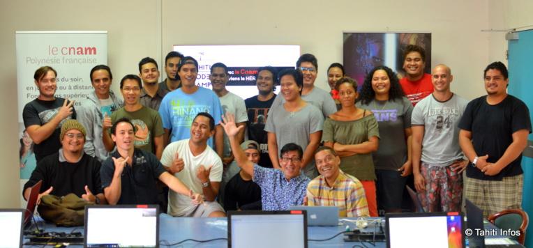 21 jeunes talents polynésiens, passionnés par le numérique mais pas par l'école, participent à ce Tahiti Code Camp de huit semaines intenses.
