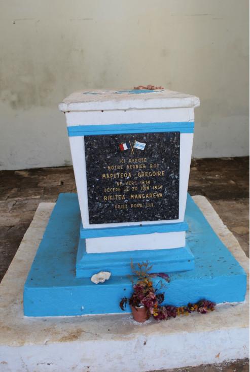 Au-dessus de Rikitea, le tombeau du dernier roi, Maputeoa, devenu Grégoire (ou Gregorio) après son baptème. Né vers 1814, il est décédé le 20 juin 1857 et ne laissa pas de descendance.