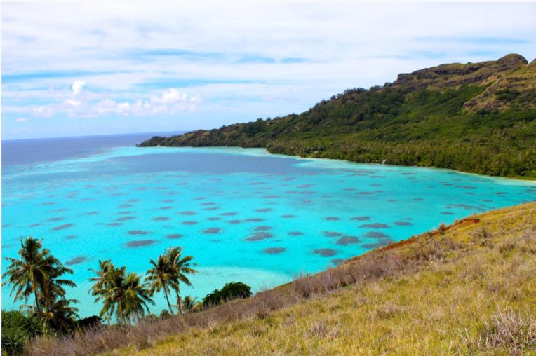 Les Gambier furent protégées par les prêtres des négociants sans foi ni loi qui souhaitaient faire main basse à vil prix sur les nacres d'un lagon exceptionnellement riche. Ici les hauts fonds devant Akamaru, depuis le sommet de l'île Makapu.