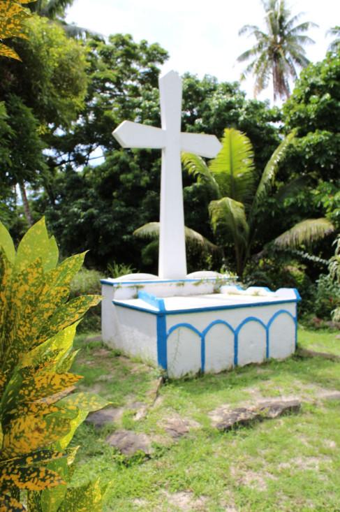 Partout aux Gambier (ici à Akamaru), la présence de la Mission catholique est bien visible. On doit aux pères bâtisseurs plus de cent dix monuments.