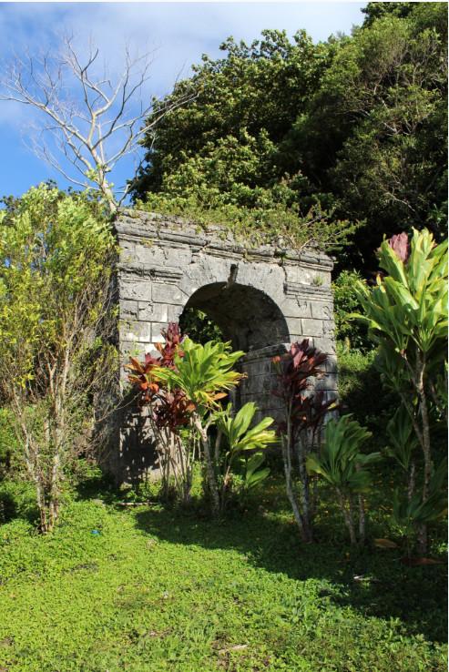 L'arc d'entrée du couvent du Rouru, l'une des deux constructions de ce type à Rikitea, soulignait le triomple de l'évangélisation sur le paganisme.