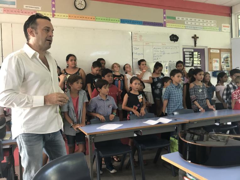 Les élèves de la classe de CE2 B de la Mission interprètent leur chanson : « L'école de la vie » composée avec l'aide de Leo Marais.
