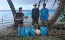 Trois volontaires de l'équipage du O'Deline à Takaroa