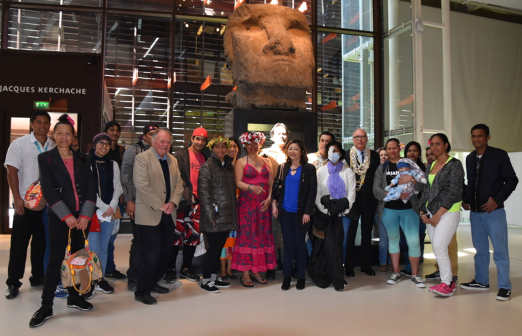 Des Polynésiens en évasan visitent le Musée du Quai Branly