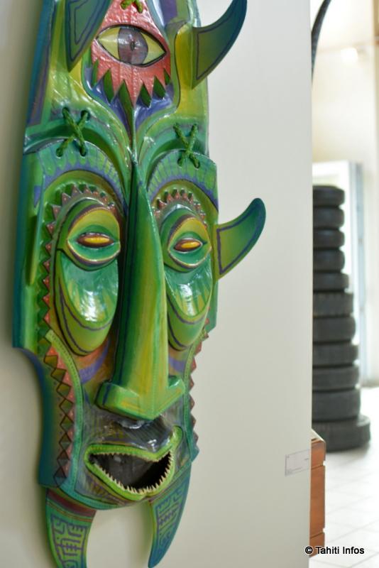 Une planche de surf transformée en art par HTJ