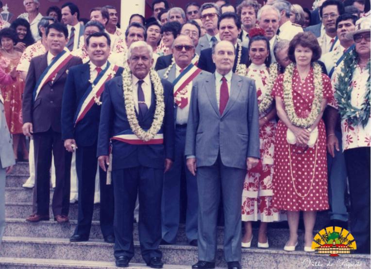 François Mitterrand devant la mairie de Papeete, le jour de son inauguration officielle, il y a 28 ans exactement ; le maire d'alors était Jean Juventin et le président Alexandre Léontieff (Photo : site officiel de la mairie de Papeete). Le séjour polynésien du président de la République avait eu lieu du 15 au 18 mai 1990. Il gomma en partie la mauvaise impression laissée le 14 septembre 1985 par François Mitterrand qui, de France via la Guyane, était venu une journée à Moruroa en Concorde, avant de repartir à Paris le soir même, sans passer par Tahiti…