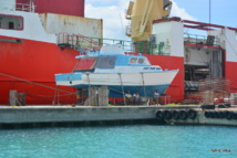 Les ménages des Tuamotu dépensent six fois plus  d'argent que le reste des Polynésiens dans l'achat de bateaux à moteur, et 32% des ménages en possèdent un (contre 13% sur toute la Polynésie). Par contre, seulement 38% des ménages est équipé  d'une automobile, contre 77% sur l'ensemble de la population polynésienne.
