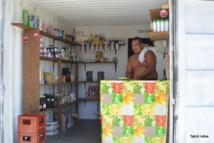 Les dépenses alimentaires représentent 23% du budget des ménages des Tuamotu-Gambier, contre  18% du budget des ménages dans l'ensemble de la Polynésie. Ils ont aussi une plus forte auto-consommation, en particulier de poisson.