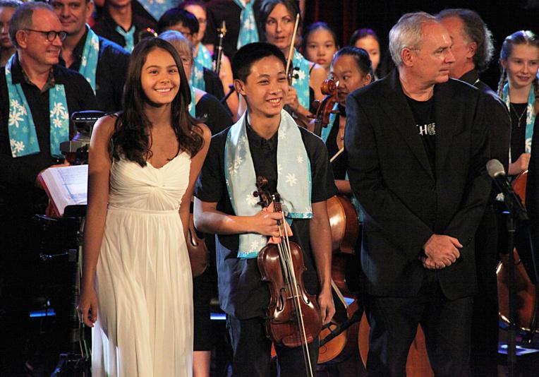 Emotion pour le Maestro Frédéric Rossoni avec les deux jeunes virtuoses, le violoniste  Ludovic et sa fille pianiste Chiara.
