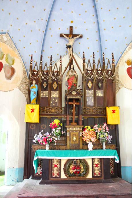 Merveille en bois incrusté de nacre, le maître autel ; à sa base les cœurs enlacés de Jésus et de Marie.