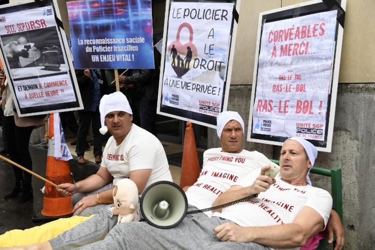 En pyjamas et bonnets de nuit, des policiers parisiens manifestent pour leur conditions de travail