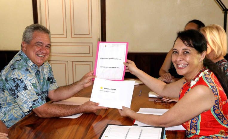 Energie et formation professionnelle : passation de dossiers entre Tea Frogier et Heremoana Maamaatuaiahutapu