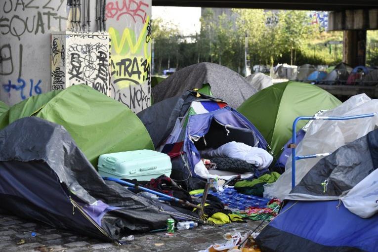 """Plus d'un millier de migrants évacués à Paris sur le campement du """"Millénaire"""""""