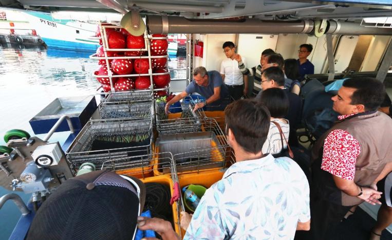 Le Vice-président de la Polynésie française Teva Rohfritsch, accompagnant la délégation lors de sa visite au port de pêche de Papeete. Crédit Présidence de la Polynésie française.