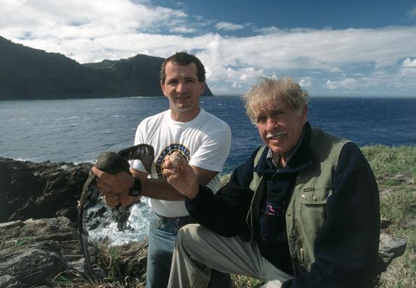 L'une des photos favorites de Michel Garcia le représentant sur l'un des motu au large du Rano Kau, avec, à droite de l'image, l'apnéiste français Jacques Mayol tenant un œuf en main (photo : DP).