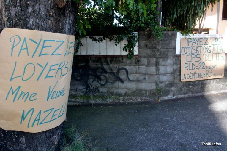 Les panneaux des grévistes sont devenus plus revendicatifs