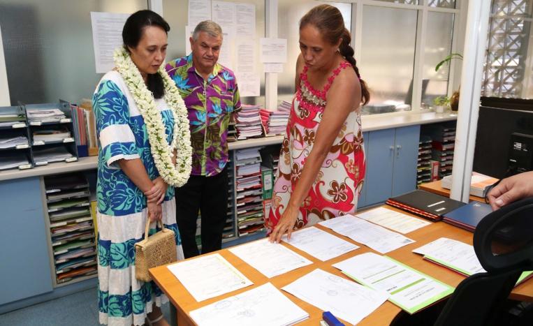 Visite des services administratifs par la ministre Tea Frogier