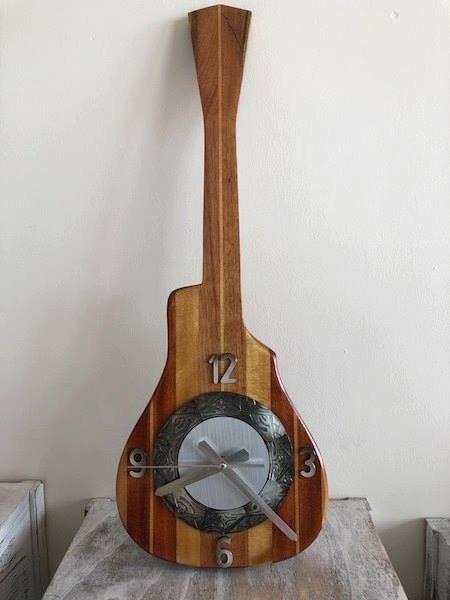 -Le fenua d'argent a été décerné à IM Sem Sophon de l'atelier Miren et Sophon pour son horloge en ukulele avec gravure sur nacre.