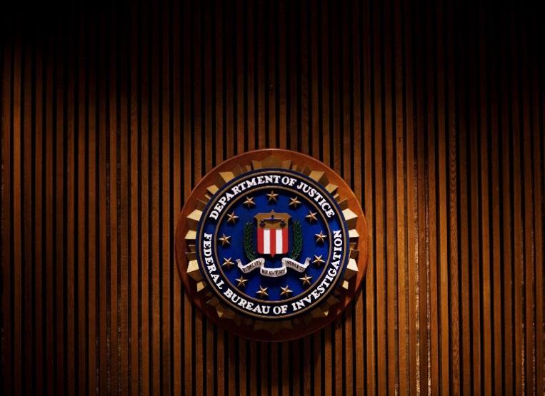 En faisant un flip dans un bar, un agent du FBI tire accidentellement sur(...)