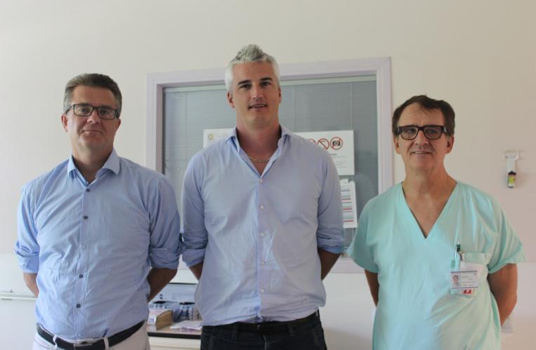 Le Pr Alain Combes,  le Dr Mathieu Schmidt, de la Pitié-Salpêtrière et le Dr Éric Bonnieux, du Centre Hospitalier de Polynésie française.