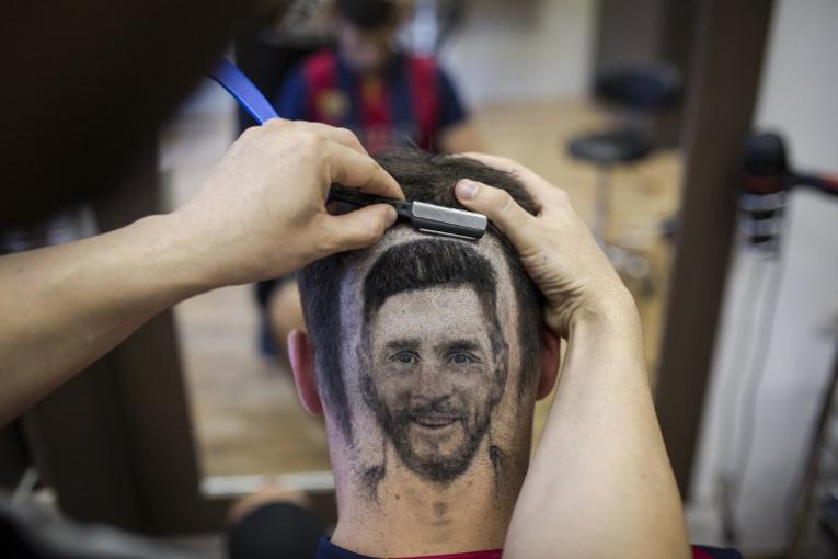 Serbie: un coiffeur dessine Messi et Ronaldo sur les crânes