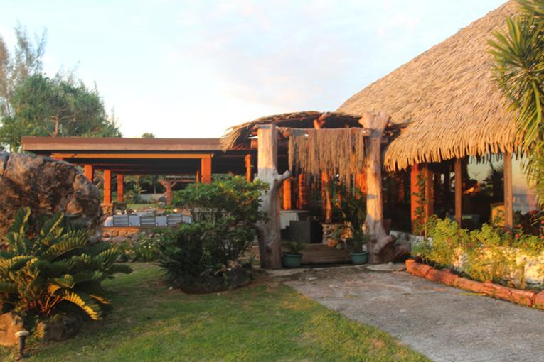 L'entrée du Vaitumu Village avec sa grande salle de restaurant à droite et sa terrasse couverte à gauche. Une très belle adresse proposée par Séjours dans les îles.