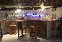 Le bar avec son mur de corail.