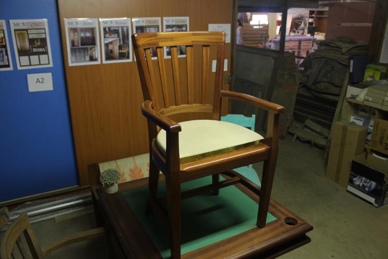 La chaise a été commandée par l'association Mémoire polynésienne, elle a été conçue et fabriquée par la menuiserie Castellani. La plaque en laiton a été réalisée par Tahiti Sign.