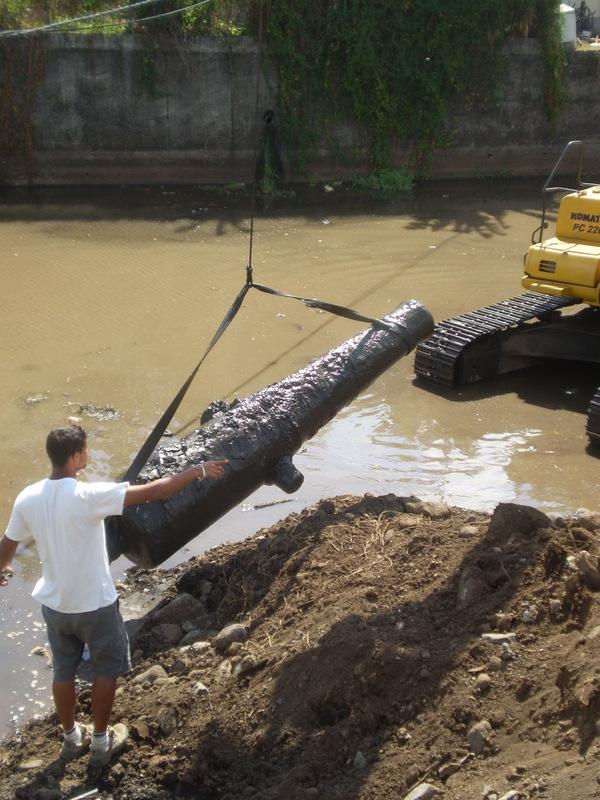 Le canon qui a été découvert à Tipaerui est long de 2 m 95, et il pèse environ 3 tonnes.