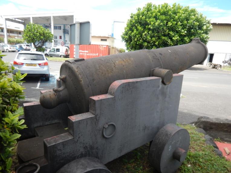Trois canons se trouvent devant les bureaux du Port autonome.