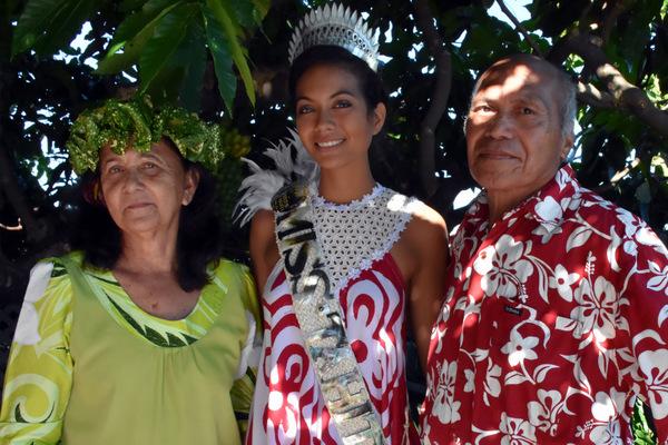 Lanouvelle miss Tahiti pose avec ses grands-parents très fiers d'elle