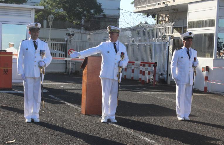 Le contre-amiral Denis Bertrand, commandant supérieur des forces armées en Polynésie française, reconnaît le capitaine de frégate Christophe Robert, comme nouveau commandant de la base navale de Papeete en remplacement du capitaine de frégate Joffrey Guerry.
