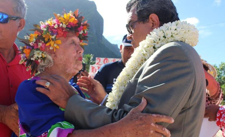 Irma Prince félicitée par le président Edouard Fritch. Crédit Présidence de la Polynésie française