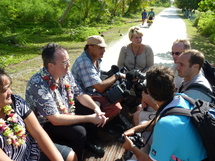 Marie-Eve avec les journalistes, le directeur d'EDT et un représentant du ministère de l'équipement...une femme de terrain!