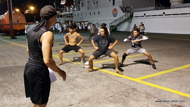 Comme dans la plupart des groupes, trouver des danseurs n'est pas une mince affaire.