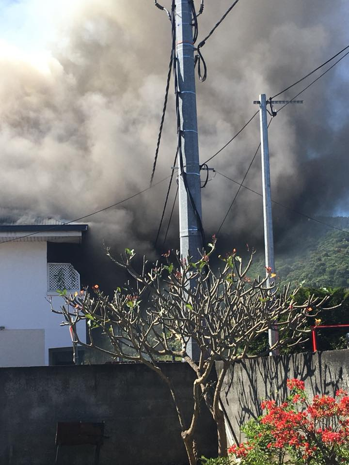 Un petit immeuble en feu à Punaauia