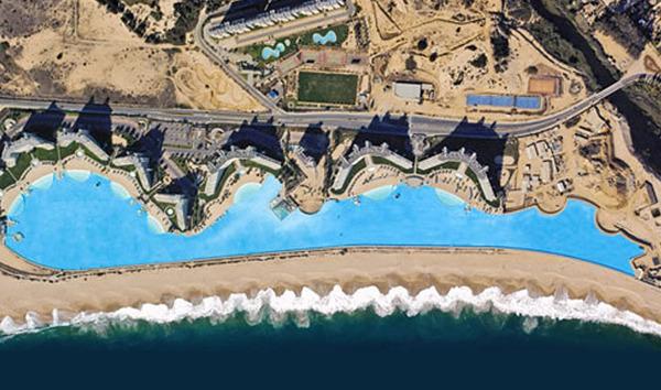 C'est la plus grand piscine du monde. Elle fait plus d'un kilomètre de long et à une aire de 8 hectares. L'eau est pompée de l'Océan Pacifique puis filtrée et traitée avant d'être envoyée dans la piscine.