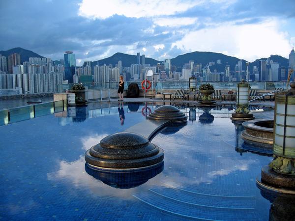 Le Harbour Grand Hong Kong, un icône du luxe en Chine, possède une des piscines les plus spectaculaires au monde situé au 23ème étage de l'hôtel. La piscine possède une vue sur les gratte-ciels de la ville toute à fait sublime.