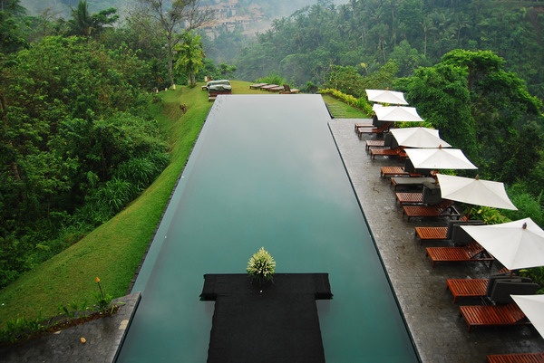 La calme piscine vert émeraude flotte au dessus de la vallée de Ayung près de Bali. La piscine appartient au complexe Alila Udubu, Payangan, un village de montagne traditionnel baliéen près de Ubud.