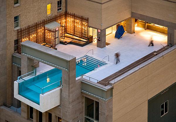 Cette piscine unique est située au 10ème étage de l'hôtel et surplombe le vide ( 8 pieds)