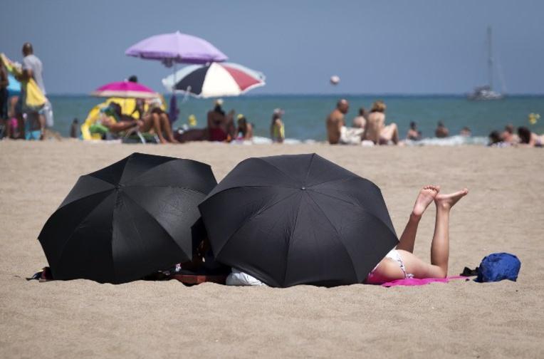 Dangers du soleil: les parents protègent leurs enfants mieux qu'eux-mêmes