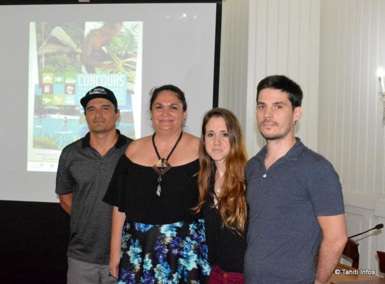Nicole Bouteau ministre du tourisme, avec à gauche Moeava Meder du projet Tahiti Eco lodge, et à droite le couple Vanessa et Alexandre de Tahiti Wifi.