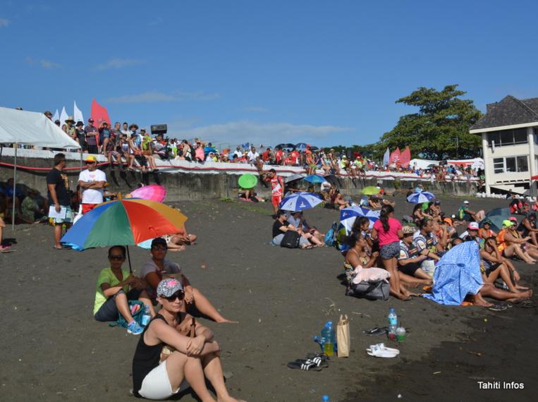 Le beau temps a entraîné les fans de va'a vers la plage. L'occasion de se baigner tout en suivant les courses au plus près! Les gradins sont également bien remplis, et ce n'est que le premier jour de compétition.