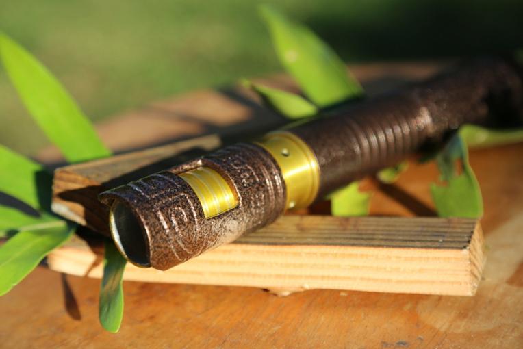 Découvrez le sabre laser tatoué fabriqué par un jeune Tahitien